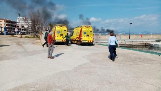 Ambulancias apostadas en el lugar para atender a los heridos en el incendio. Fotos: Joana Molinas