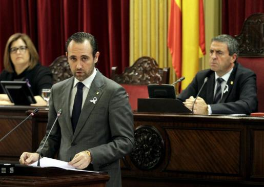 Un momento de la intervención de José Ramón Bauzá, bajo la fija mirada de Pere Rotger.