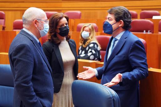 El presidente de la Junta de Castilla y León, Alfonso Fernández Mañueco (d), conversa con el vicepresidente, Francisco Igea.