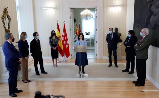 La presidenta madrileña, Isabel Díaz Ayuso (PP), rodeada por sus consejeros,durante la rueda de prensa ofrecida en la sede de la Comunidad tras firmar el decreto para convocar elecciones anticipadas el martes 4 de mayo en la Comunidad de Madrid.