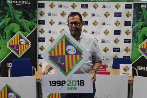 Miquel Jaume posa con el escudo conmemorativo del 20 aniversario del Palma Futsal.