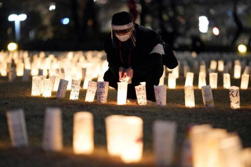 -FOTODELDÍA- TOKIO (JAPÓN), 10/03/2021.- Japoneses encienden linternas de papel en memoria de las víctimas del terremoto y el tsunami que en 2011 devastaron el noreste del país y desataron el accidente nuclear de Fukushima, este miércoles en Tokio (Japón). El país nipón celebrará este jueves una ceremonia nacional en memoria de las víctimas del terremoto y el tsunami que en 2011 devastaron el noreste del país y desataron el accidente nuclear de Fukushima, y que se verá reducida debido a la pandemia de covid. EFE/EPA/FRANCK ROBICHON Japón prepara la última gran conmemoración de 2011, reducida por la covid