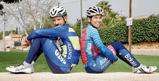 Los ciclistas mallorquines Xavi Cañellas (Gios-Kiwi Atlántico) y Yurani Blanco (Bizkaia-Durango) posan durante el encuentro con este diario.