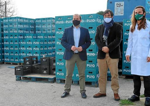El conseller de Medi Ambient, Miquel Mir, y el director general de Residus, Sebastià Sansó, visitaron la nueva planta embotelladora de Begudes Puig, financiada con fondos de la 'ecotasa' y que permitirá ahorrar 2 millones de envases de un solo uso al año.