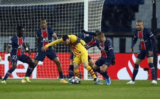 Lionel Messi contralando un balón ante la defensa del PSG.