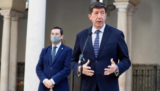 El presidente andaluz, Juanma Moreno, del PP, y el vicepresidente, Juan Marín (d), de Ciudadanos.