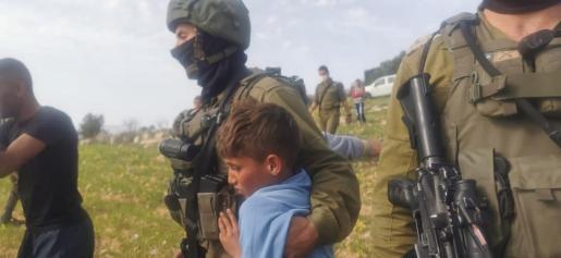 Imagen de uno de los vídeos que retrata la detención de los niños.