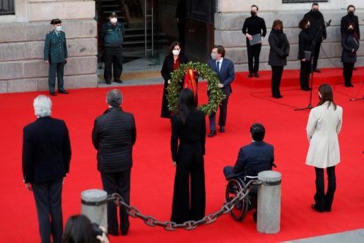 La presidenta de la Comunidad de Madrid, Isabel Díaz Ayuso (c-i), y el alcalde de Madrid, José Luis Martínez-Almeida (c-d), participan en el acto en recuerdo a las víctimas de los atentados terroristas del 11 de marzo de 2004.