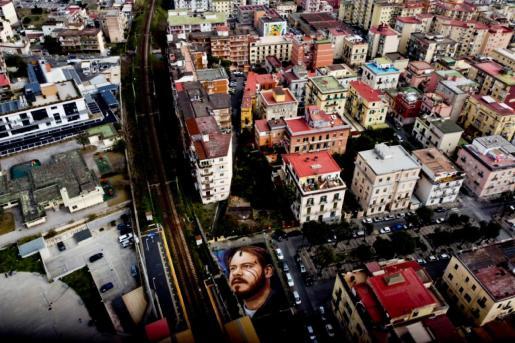 Vista aérea del retrato gigante del rapero catalán Pablo Hasel que el artista callejero Jorit ha pintado sobre el suelo en Nápoles, Italia.