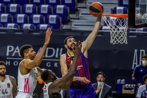 El pívot estadounidense del Real Madrid Walter Tavares defiende al ala pívot del Barcelona Nikola Mirotic durante el partido de Euroliga disputado en el Wizink Center.