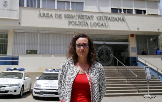 La regidora Joana Maria Adrover, frente al cuartel de la Policía Local de Palma, donde ocurrieron los hechos. Foto: Alejandro Sepúlveda