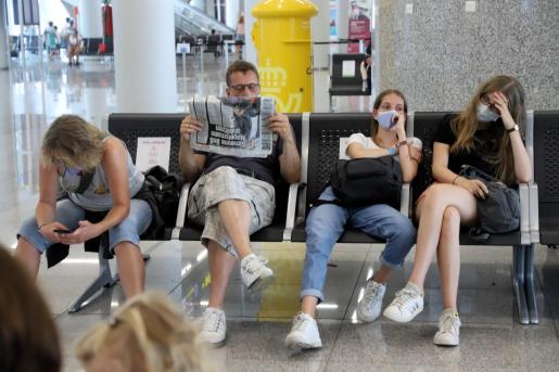 Un grupo de turistas alemanes en el aeropuerto de Son Sant Joan.