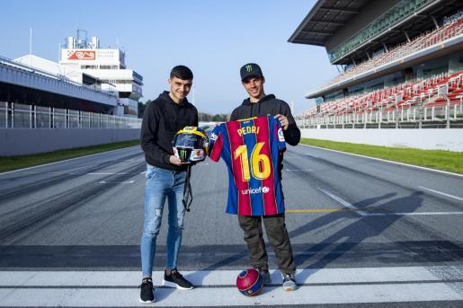 BARCELONA, SPAIN - FEBRUARY, 25: Trobada entre Joan Mir (MotoGP) i Pedri Gonzalez (FC Barcelona) (Foto de Germán Parga/FC Barcelona)