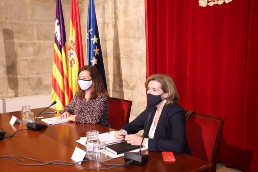 La presidenta del Govern, Francina Armengol, junto a la secretaria de Estado de Economía y Apoyo a la Empresa, Ana de la Cueva Fernández.