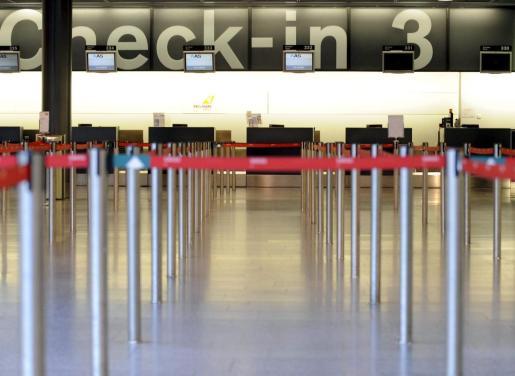 Imagen de archivo de la línea de mostradores de facturación totalmente desierta en el aeropuerto de Zúrich.
