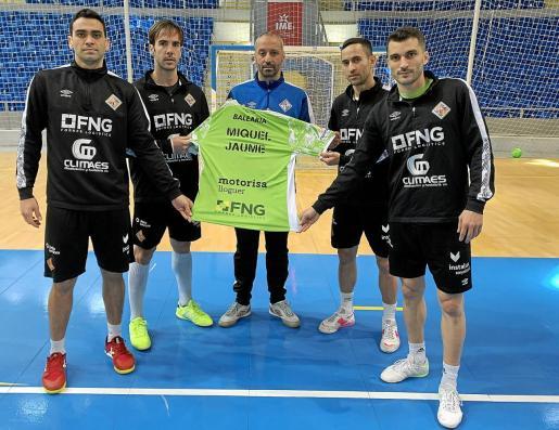 Tomaz, Barrón, Vadillo, Joao y Lolo, con la camiseta en recuerdo a Miquel Jaume.