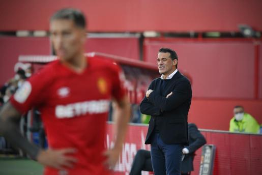Luis García observa el juego de su equipo desde el área técnica de Son Moix.