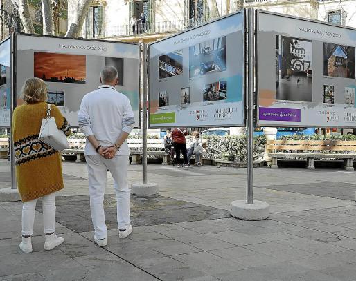 La exposición está en es Born, donde pueden verse a los sanitarios o a Santi Taura pintando.
