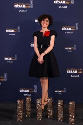 La productora Catherine Bozorgan posa con las estatuillas obtenidas en los premios César.