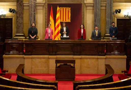 La nueva presidenta del Parlament, Laura Borràs (c), posa en el hemiciclo con el resto de componentes de la Mesa.