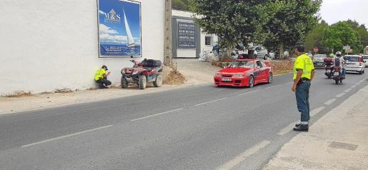 Imagen de los agentes de Atestados de la Guardia Civil tomando imágenes del quad con el que circulaba Ángel Nieto.