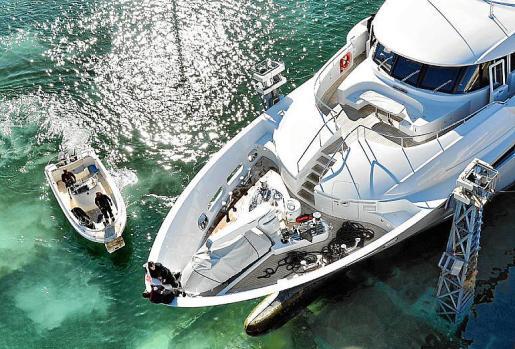 Prácticas en vivo: los estudiantes aprenden todas las artes de la navegación, sin descartar trabajos tangibles en los Astilleros de Mallorca.