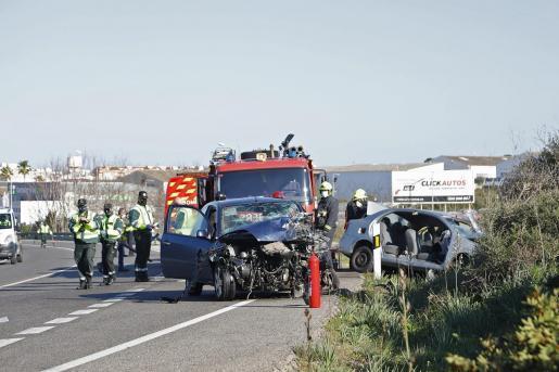 Los dos vehículos siniestrados, con los agentes de la Guardia Civil de Tráfico y del cuerpo de Bomberos.