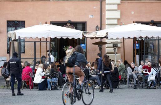 Alrededor de 40 millones de italianos viven este sábado y mañana, domingo, su último fin de semana con restricciones leves o intermedias antes de pasar el lunes a estar confinados