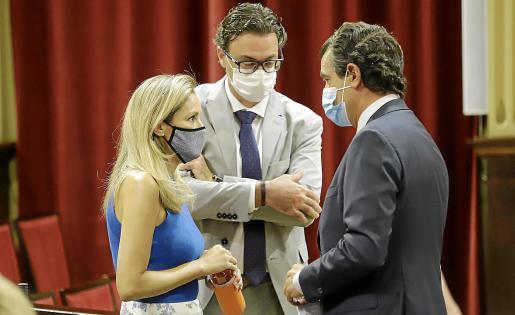 Patricia Guasp (Cs) y Biel Company (PP) conversan en el Parlament en presencia de Antoni Costa.