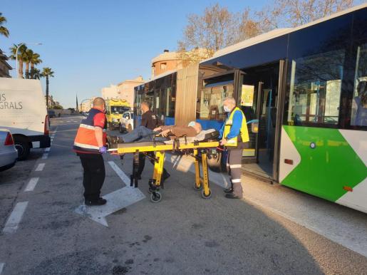 El herido fue trasladado de urgencia al hospital en una ambulancia medicalizada.