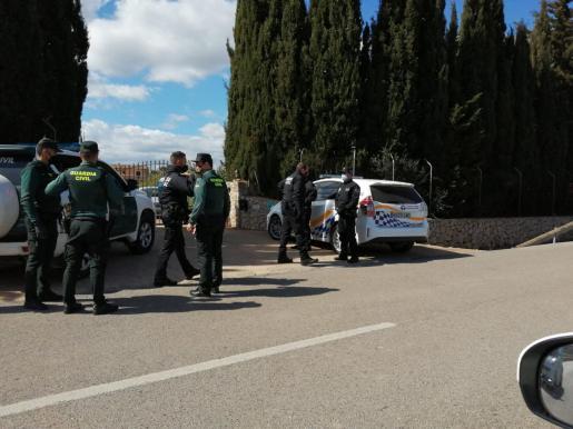 Policía Local de Alcúdia y Guardia Civil frente al chalet.