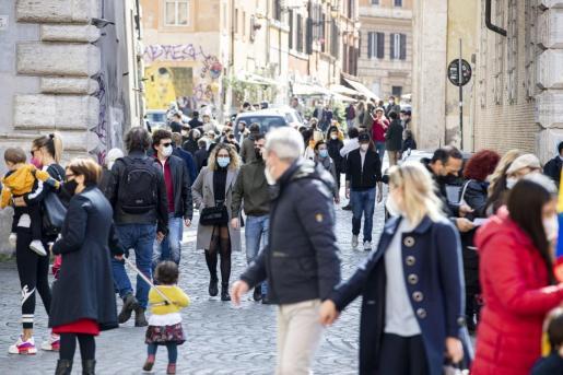 Los ciudadanos de Roma aprovechan las últimas horas antes de las nuevas medidas en Italia.