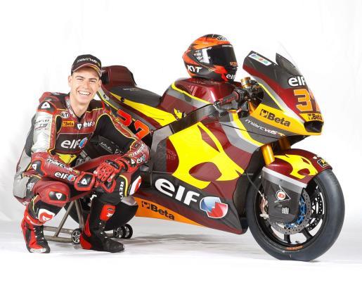 El piloto mallorquín Augusto Fernández posa con su moto oficial para 2021.