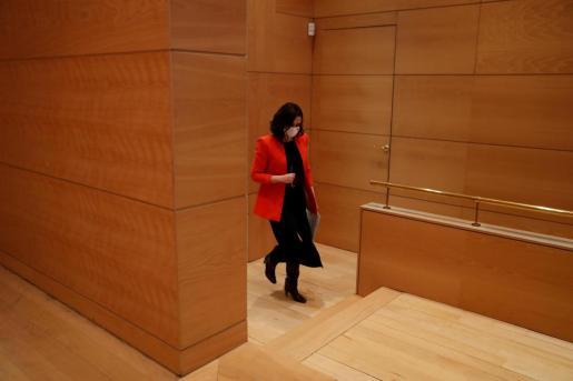 La presidenta de la Comunidad de Madrid, Isabel Díaz Ayuso, se dirige a dar una rueda de prensa este lunes en la sede del Gobierno regional.