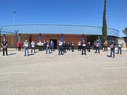 Funcionarios de la prisión de Palma se han concentrado al mediodía de este lunes.