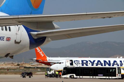 Un avión de Ryanair en el aeropuerto de Palma.