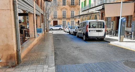 La treintena de aparcamientos de alta rotación de los alrededores de la plaza de las Verdures aún son zona ORA.