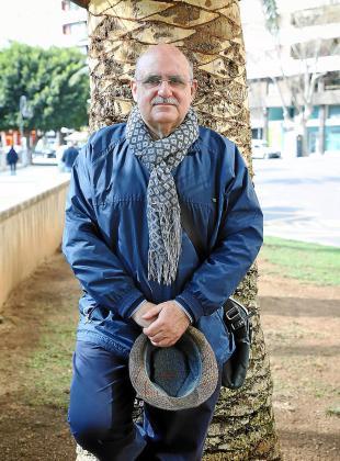 El escritor Lluís Maicas, posando para esta entrevista.