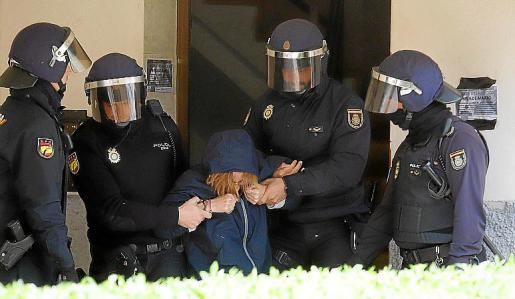 Momento en el que la policía desaloja a una de la manifestantes.