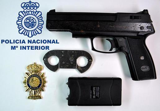 Al arrestado se le incautaron una pistola, unos grilletes y una placa de Policía Nacional.