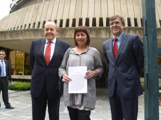 Antonio Manchado, Francina Armengol y Francesc Antich, cuando entregaron el recurso en el Tribunal Constitucional el pasado mes de octubre.