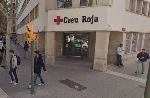 Entrada de las oficinas de la Cruz Roja, en Palma.