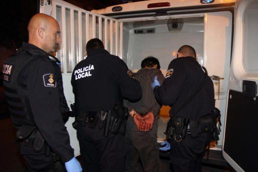 Imagen de la detención de uno de los ciudadanos chinos implicados en el suceso.