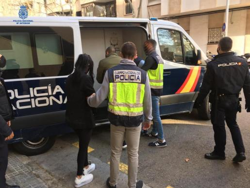 Imagen de los detenidos, subiendo al furgón policial.
