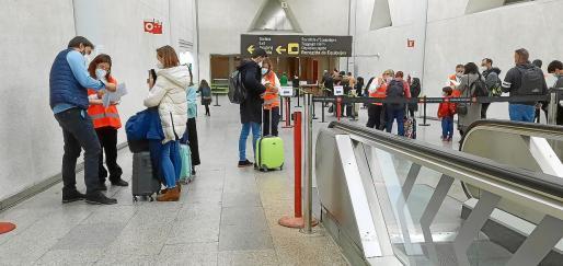 Todos los pasajeros que lleguen a Baleares tendrán que acreditar que no tienen COVID.