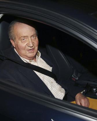 El rey Juan Carlos saluda a los medios a su llegada esta tarde al Hospital San José de Madrid para ser sometido a una intervención quirúrgica en la cadera izquierda.