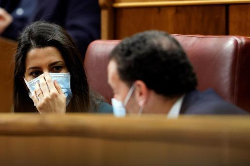 La líder de Ciudadanos, Inés Arrimadas, conversa con su portavoz parlamentario, Edmundo Bal, durante una nueva sesión de control al Gobierno, este miércoles, en el Congreso de los Diputados.