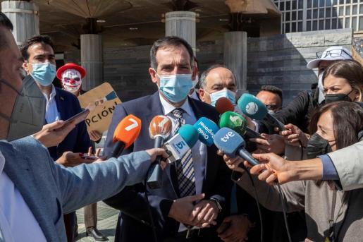 El portavoz de Vox en la Asamblea Regional de Murcia Juan José Liarte (c), acompañado de Franciso Carrera (d), anuncia este miércoles a la prensa que van a votar en contra de la moción tras finalizar la primera sesión del pleno de moción de censura en la Asamblea Regional.