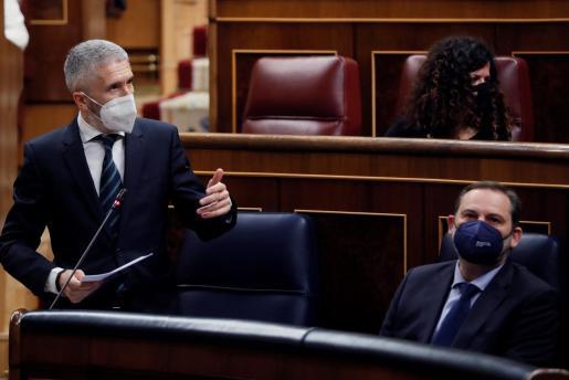 El ministro de Interior, Fernando Grande-Marlaska (i), interviene en presencia del ministro de Transportes, José Luis Ábalos, durante una nueva sesión de control al Gobierno, este miércoles, en el Congreso de los Diputados.