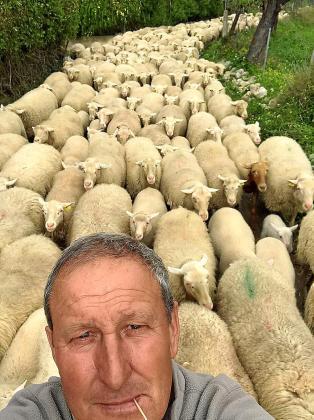 Tomeu Martorell hace más de 20 años que se dedica a la cría de corderos.
